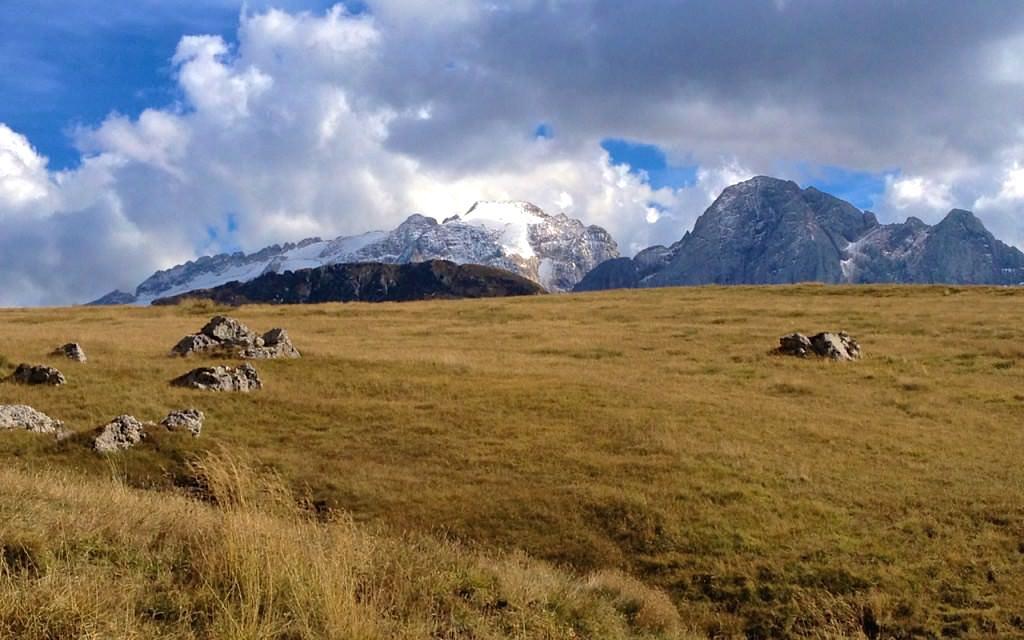 Ausblick vom Aufstieg vom Passo Pordoi auf den Piiz Boe in den Dolomiten