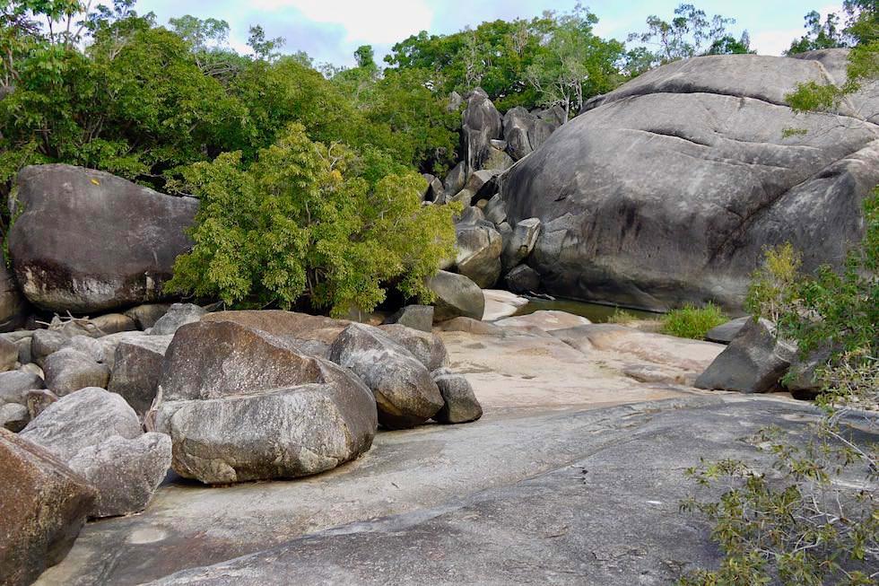 Granite Gorge Wanderung - Felsen & Bachlauf - nahe Cairns, Queensland