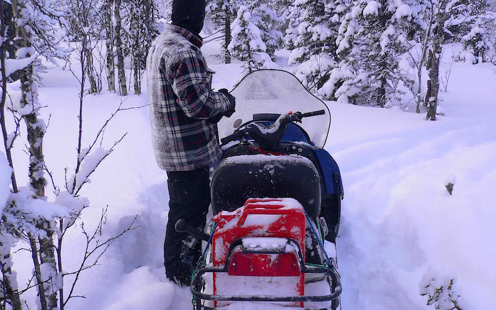 Spuren mit dem Schneemobil in schwedisch Lappland
