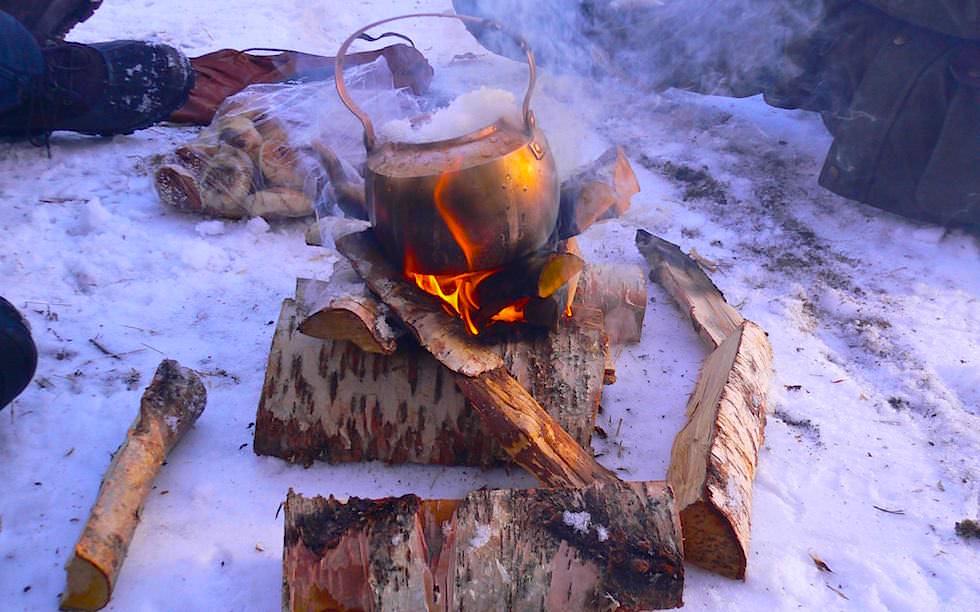Schneeschmelzen für Tee Lappland