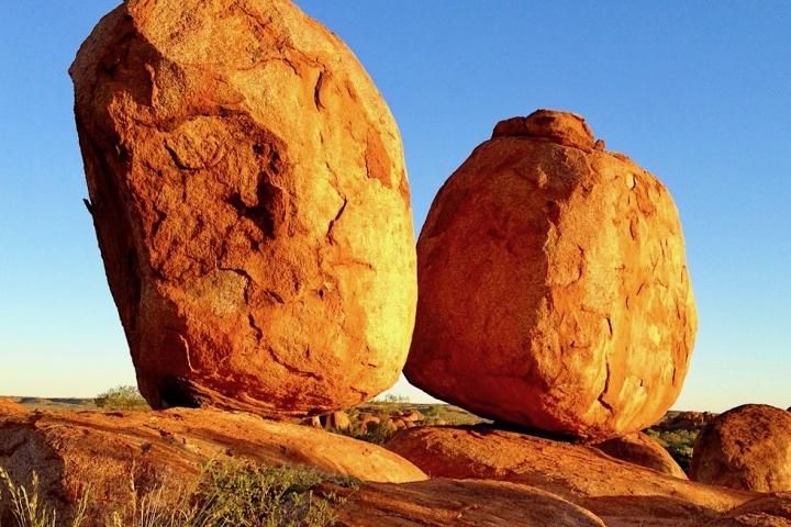 Atemberaubend schöne Devil Marbles - Karlu Karlu Conservation Reserve - Faszinierende Sonnenuntergangsstimmung - Northern Territory