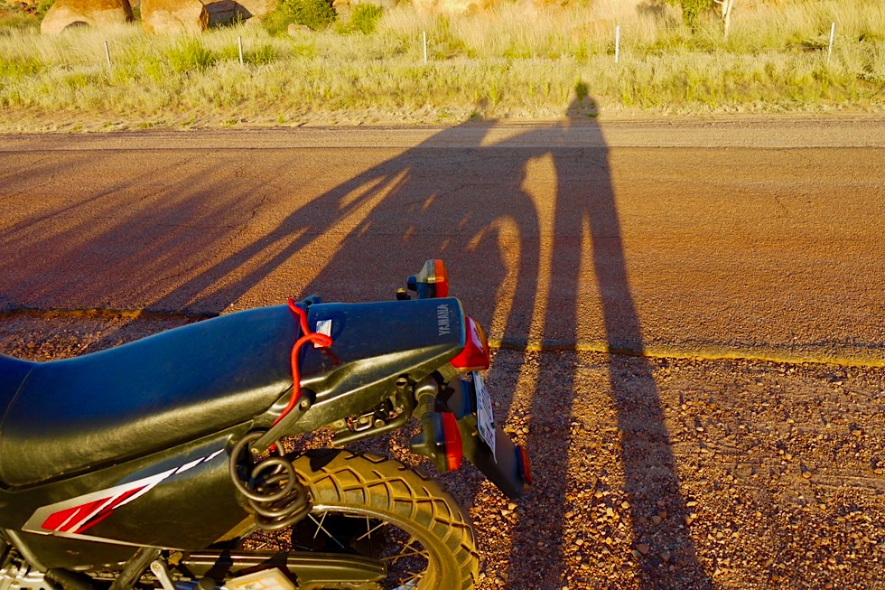 Endurotour von Darwin nach Melbourn - Devil Marbles: Schattenspiel & Warten auf Sonnenuntergang - Northern Territory