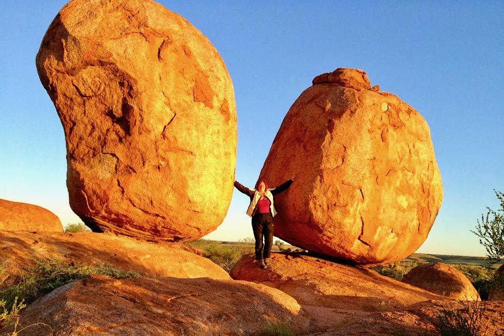 Karlu Karlu oder Devil Marbles - Sonnenuntergang erzeugt feurig leuchtende Farben auf den Felsen - Northern Territory
