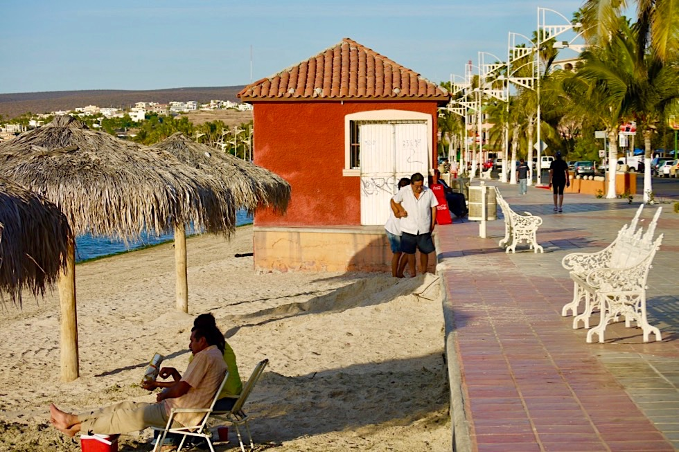 La Paz Baja California - Siesta im Schatten am Malecón, der Uferpromenade - Mexiko