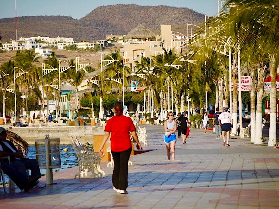 La Paz Baja California - Spaziergänger & Jogger am bunten Malecón - Mexiko