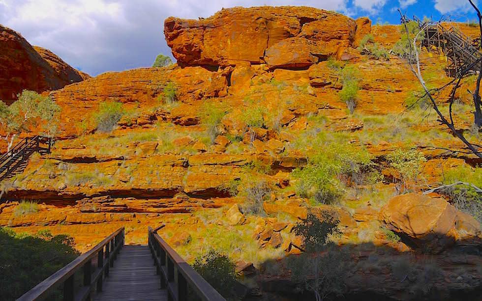 Nach ca. der hälfte desWeges führen Treppen in den Canyon hinab. Du kannst entweder über dieBrücke (im Hintergrund des Fotos), die die Schlucht überspanntund weiter auf dem Plateau gehen.