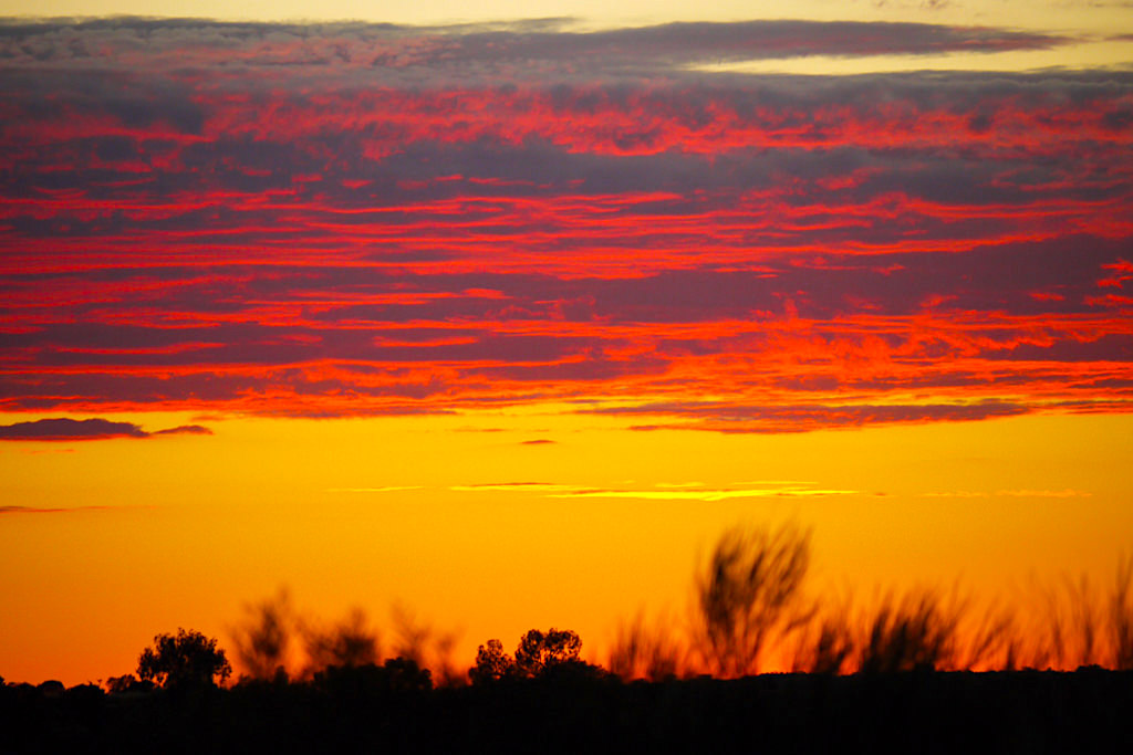 Sonnenaufgang am Uluru - Feuermeer am Himmel noch bevor die Sonne zu sehen ist - Northern Territory