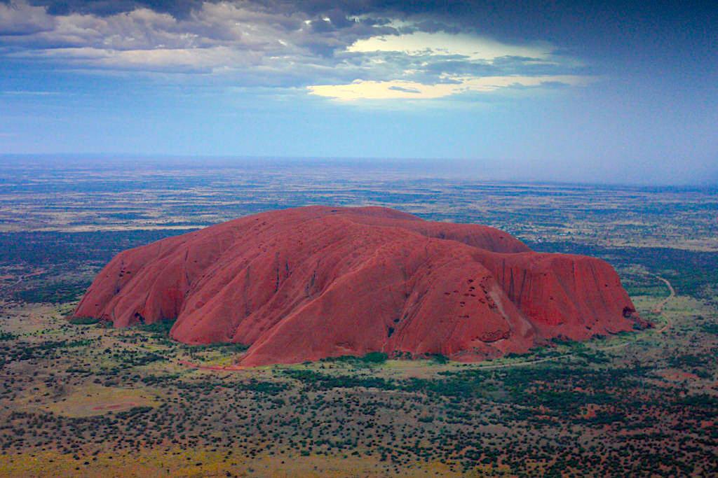 Uluru aus der Vogelperspektive gesehen - eines der Highlight im Uluru Kata Tjuta National Park - Northern Territory