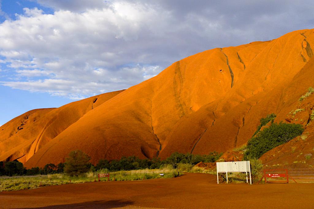 Uluru - Ausgangspunkt für den Base Walk: 10 km langer Rundweg um den Inselberg - Northern Territory