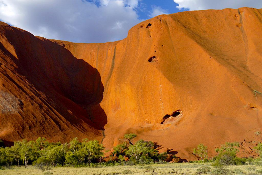 Uluru - Dunkle Streifen: Algenwachstum bei lang anhaltenden Niederschlägen - Northern Territory