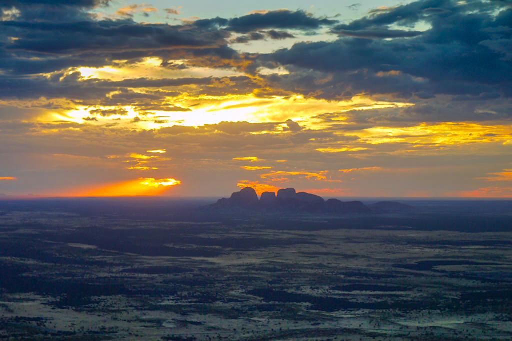 Die Olgas bei einem spektakulären Sonnenuntergang - Scenic Flight im Uluru Kata Tjuta Nationalpark - Northern Territory