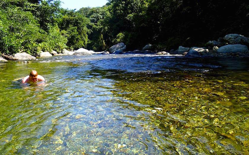 Ciudad Perdiada Camp2 - Erfrischen im Fluss nach einem anstrengenden Tag - Dschungeltrekking in Kolumbien