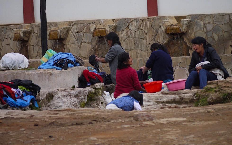 Wäsche waschen in den Straßen von Huancavelia Peru