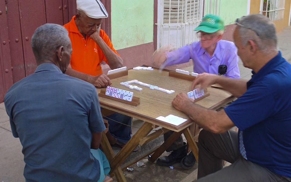 Männer Domino spielend in Trinidad Kuba