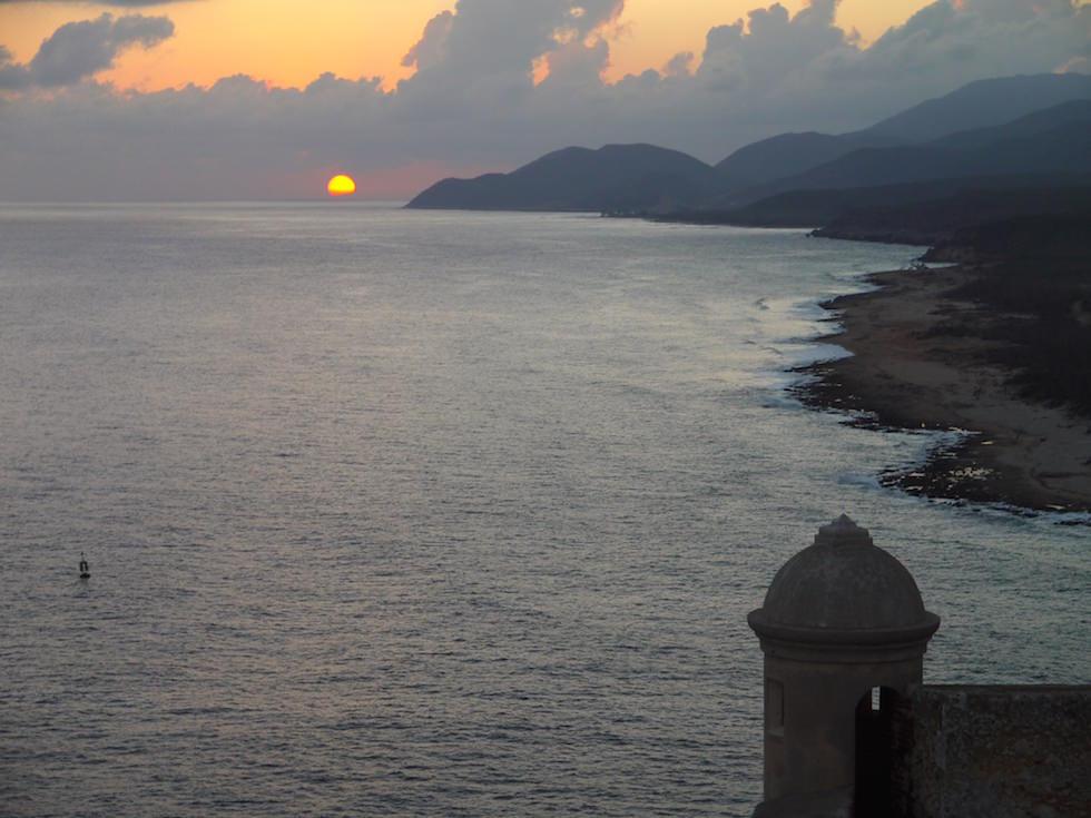 Sonnenuntergang gesehen von Festung El Morro Santiago de Cuba in Kuba