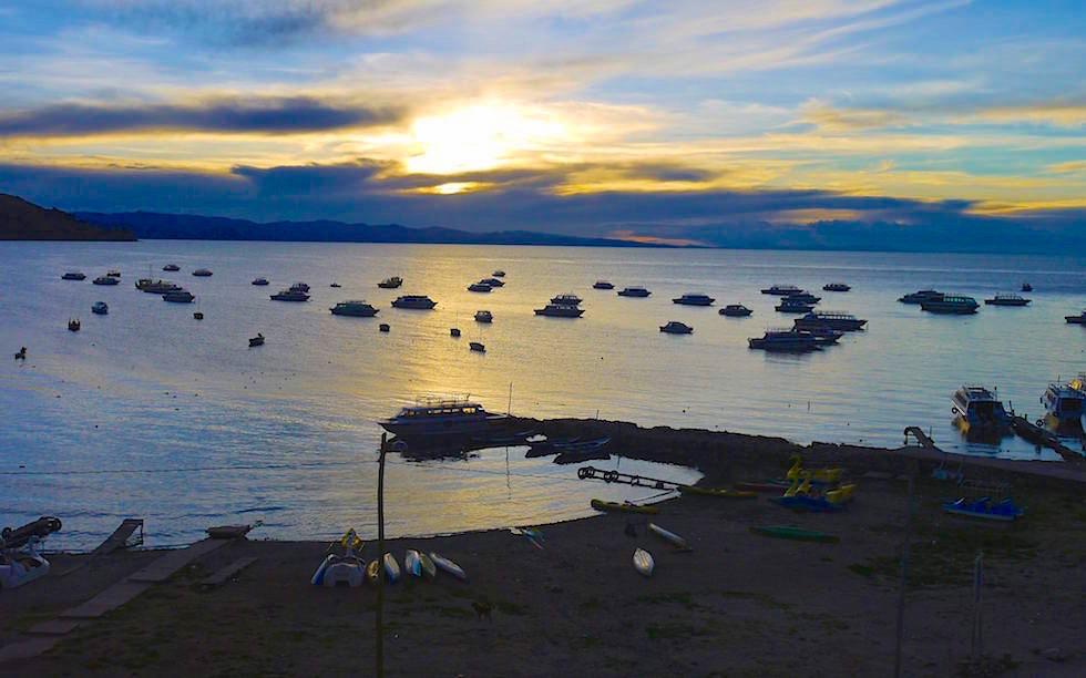 Copacabana bei Sonnenuntergan - Blick auf Titicaca See in Bolivien