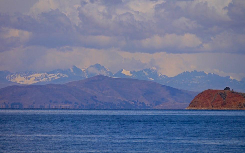 Isla del Sol im Titicaca See - Blick auf die Kordillieren