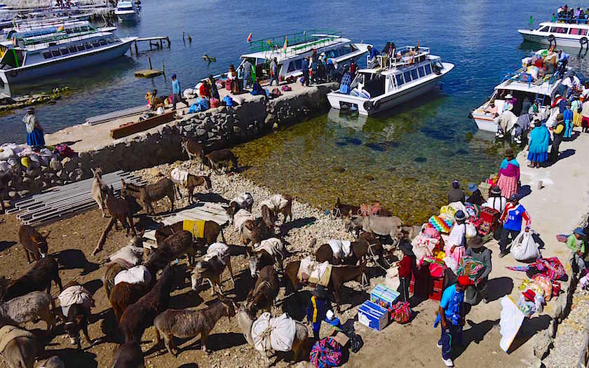 Isla del Sol im Titicaca See -Buntes Treiben am Bootsanleger in Yumani