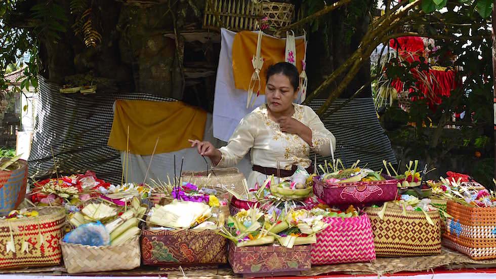 Opferungen im Pura Ulun Danu Bratan oder Pura Bratan Wassertempel in Zentral Bali