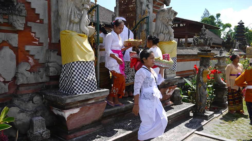 Segnungen im Pura Ulun Danu Bratan oder Pura Bratan Wassertempel in Zentral Bali
