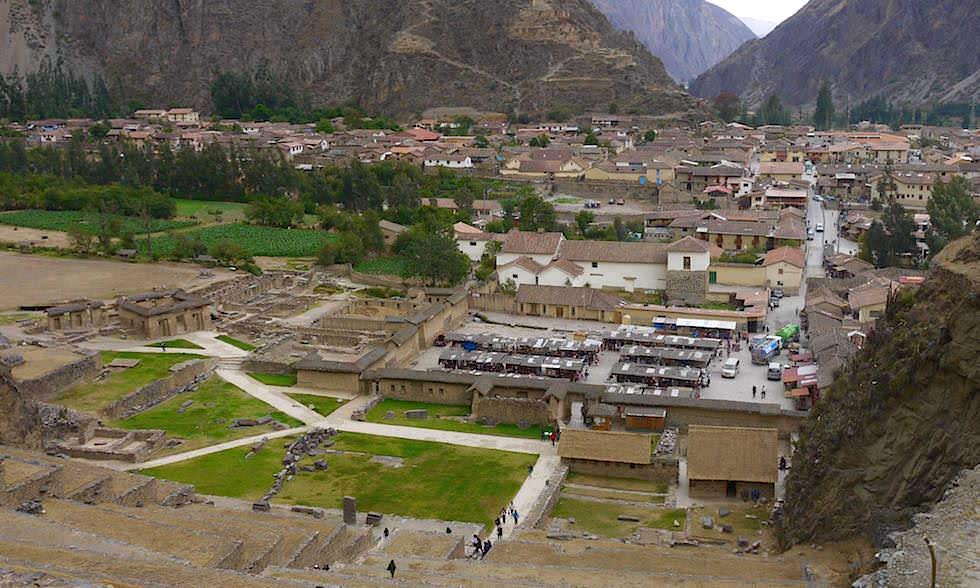Blick auf Ollantaytambo und ins Valle Sagrado de los Incas - Das heiliges Tal der Inkas bei Cusco - Peru
