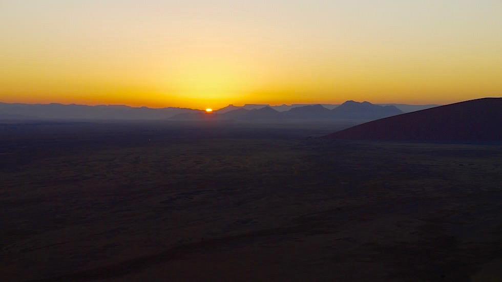Blick in den Sonnenaufgang von Dune 45 - Namib Wüste - Die schönsten Namibia Sanddünen - Afrika