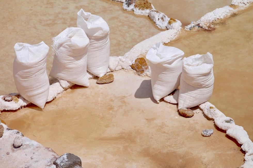 Salzterrassen von Maras - Salzgewinnung ist ein Knochenjob - Valle de Sagrado - bei Cusco, Peru