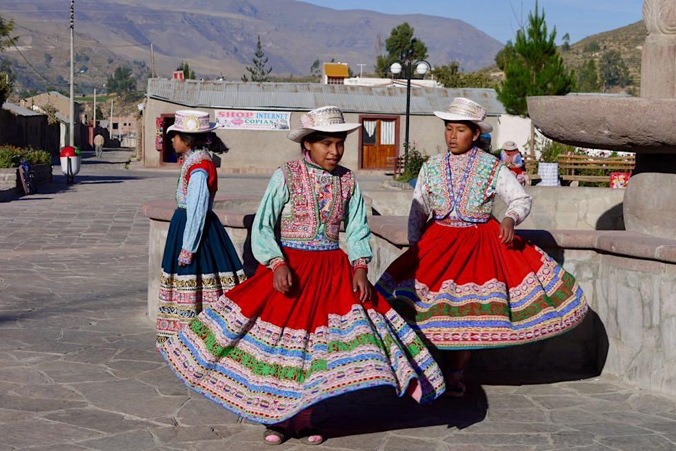 Chivay & Yanque - Kinder tanzen für Touristen - Colca Canyon - Peru
