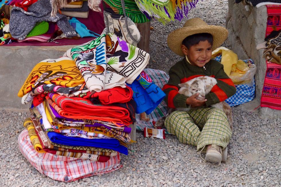 Auf dem Markt von Patahuasi - Kinder helfen mit - Chivay - Peru