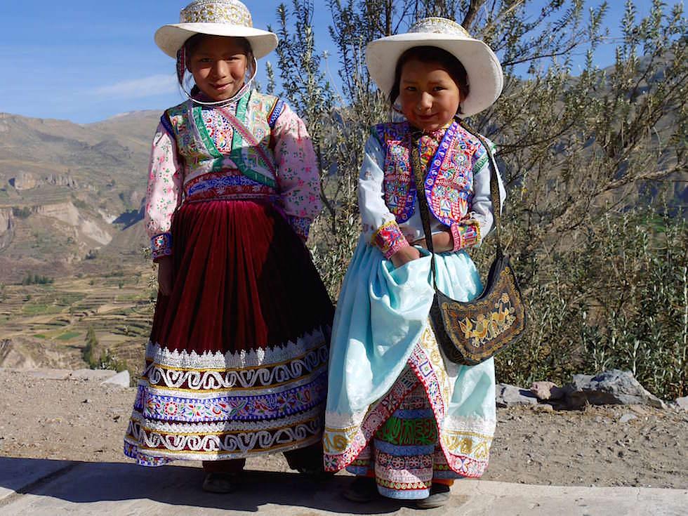 Peruanische Mädchen auf dem Weg zum Cruz del Condor - Colca Canyon - Chivay- Peru