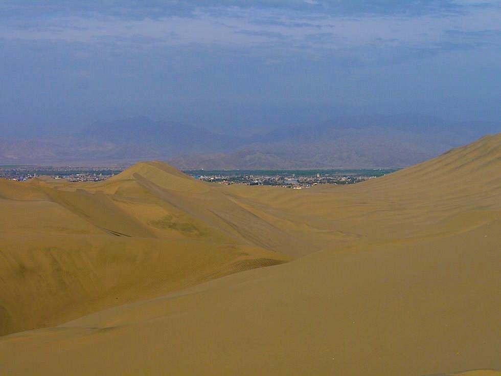 Blick auf Ica von Sanddünen Huacachina Ica Peru