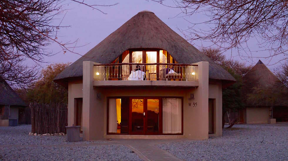Bungalow am Wasserloch des Okaukuejo Camp Etosha Nationalpark Namibia