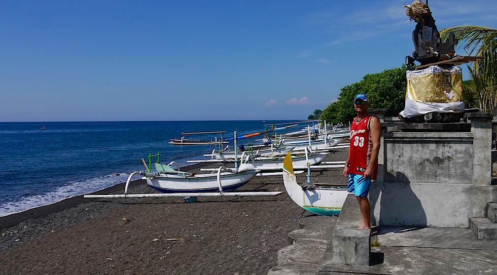 Fischerboote an der Küste bei Amed Bali Indonesien