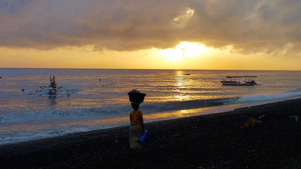 Frau im Sonnenaufgang Meer - Amed Bali Indonesien