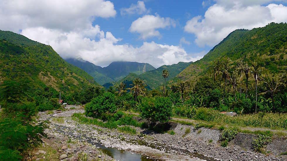Küste und Berge bei Amed Bali Indonesien