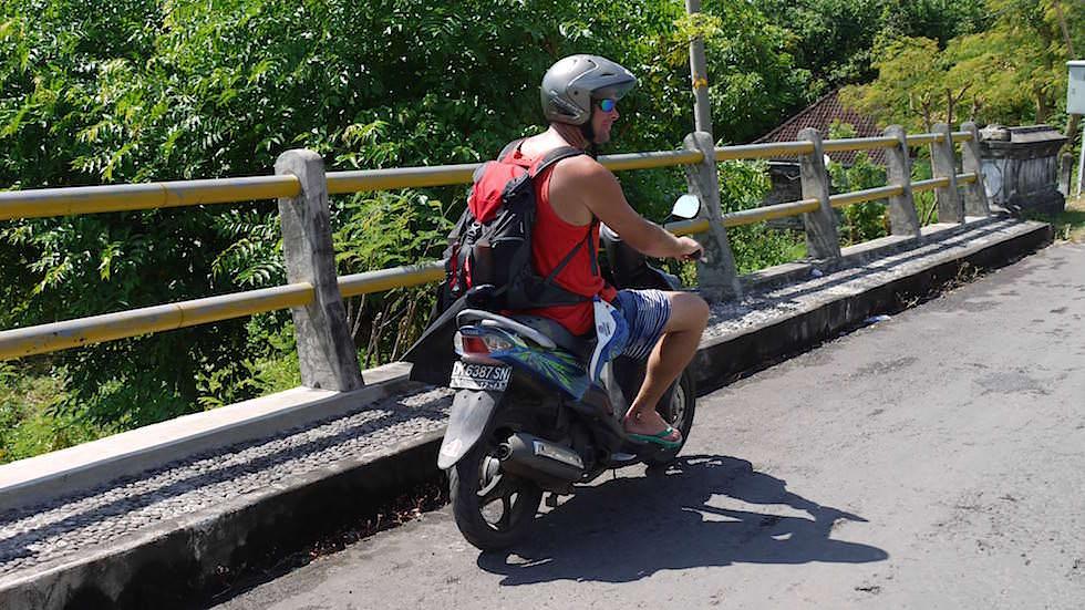 Mit dem Roller an der Küste von Amed Bali Indonesien