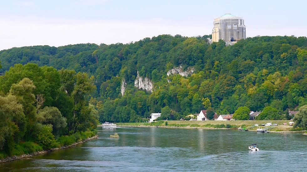 Blick auf Befreiungshalle - Wanderung zum Donaudurchbruch - Weltenburger Enge bei Kehlheim Bayern