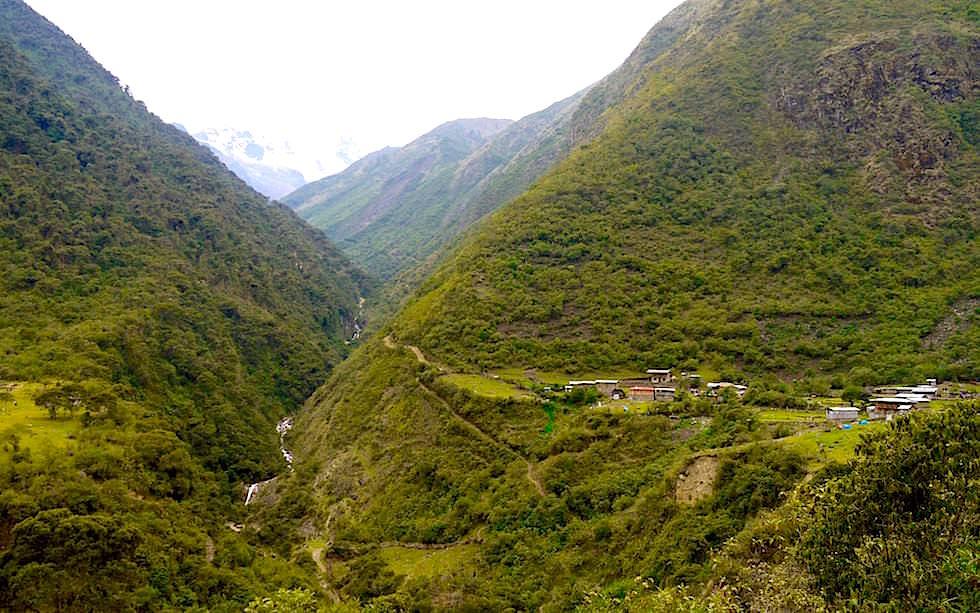 Bergwelt nach Pass und Blick auf Chaullay Salkantay Trek Peru