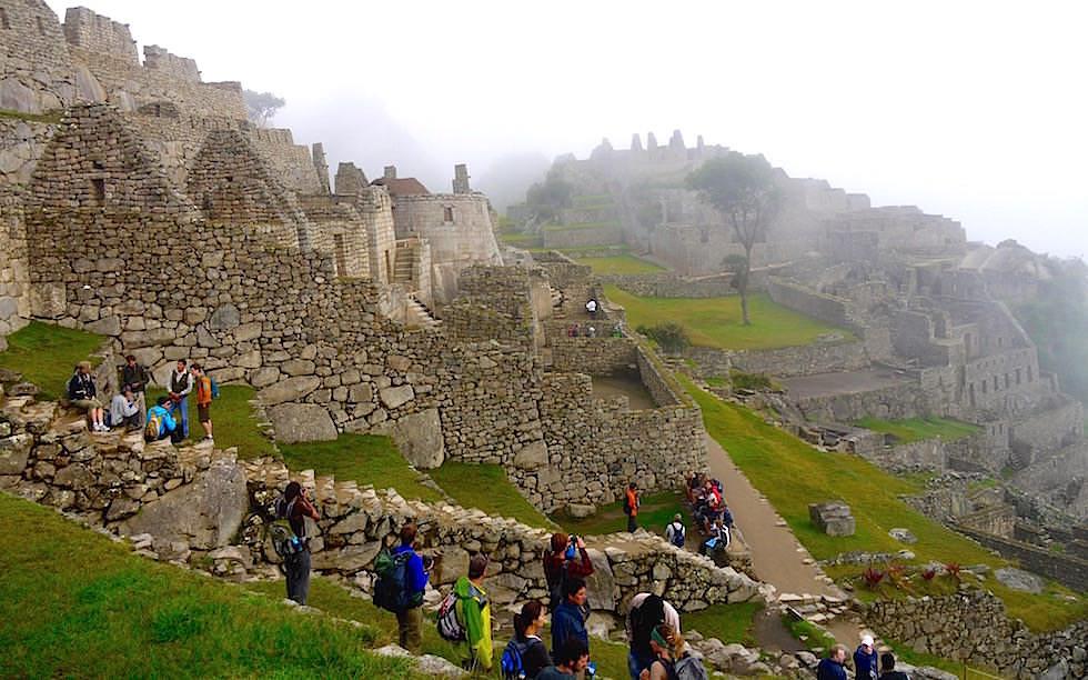 Machu Picchu am frühen Morgen im Nebel - Peru