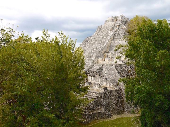 Blick auf Pyramide von Becan, Campeche - Mexiko
