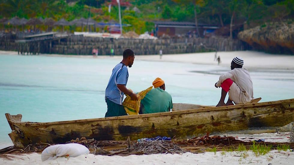 Fischer am Strand - schönster Strand von Sansibar - Tansania, Afrika