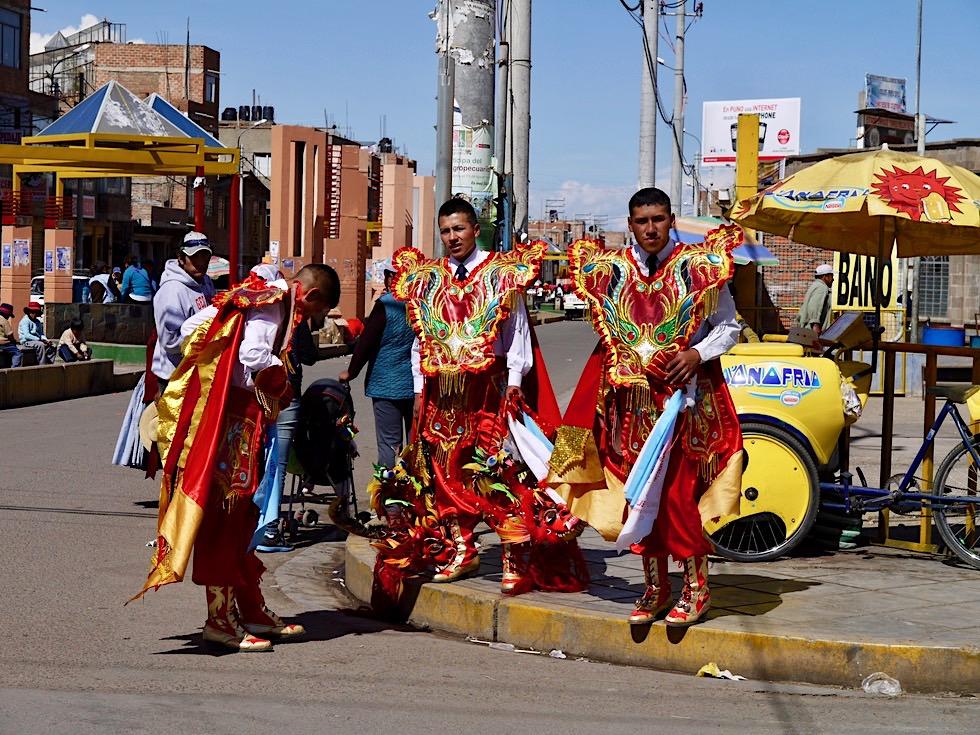 Puno - Erschöpfte Diabola Maskentänzer - Folklorefestival Virgen de la Candelaria - Titicaca See - Peru