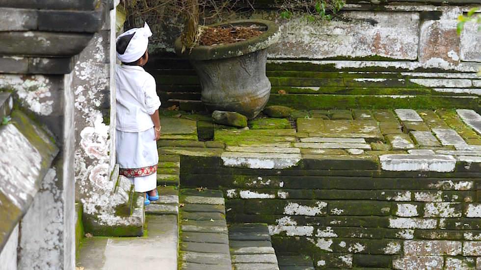Kind Zeremonie beim Elefanten Tempel - Goa Gojah - Bali