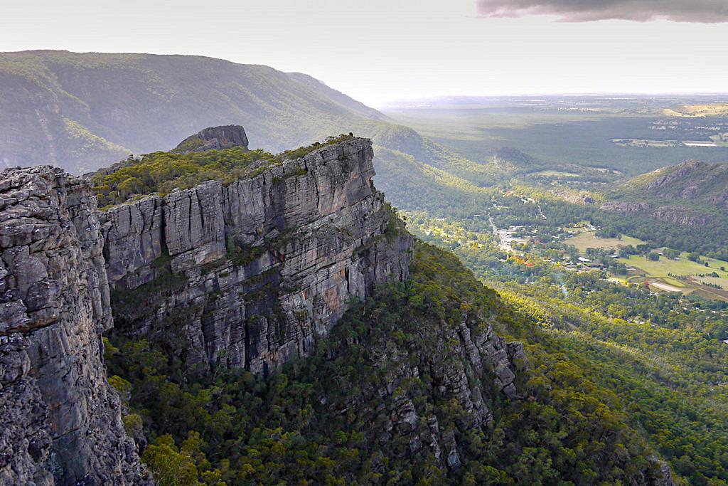 Atemberaubende Pinnacle Lookout Ausblicke auf Steilwände & über Täler hinweg - Grampians National Park - Victoria - Australien