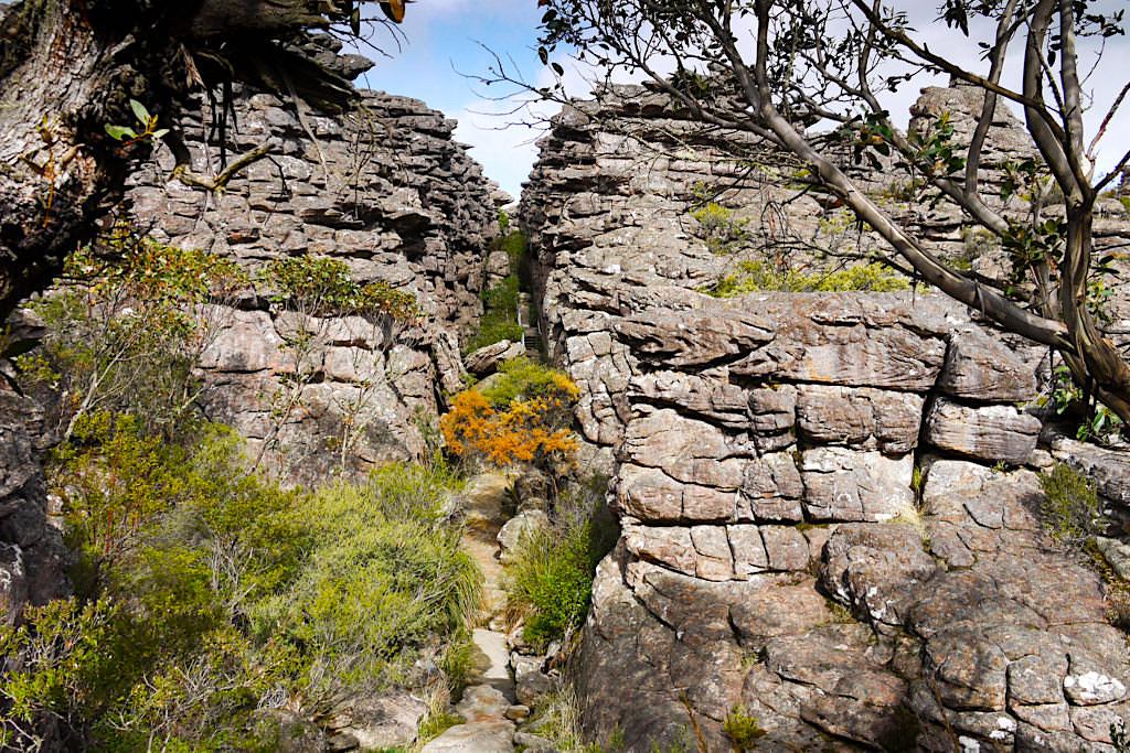Enge Felsgassen der Silent Street führen hinauf zum Pinnacle Lookout Wanderung - Grampians National Park Highlights - Victoria