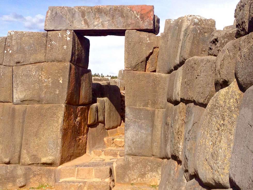 Durchgang aus Steinquadern Sacsayhuamán - Cusco Highlights - Peru