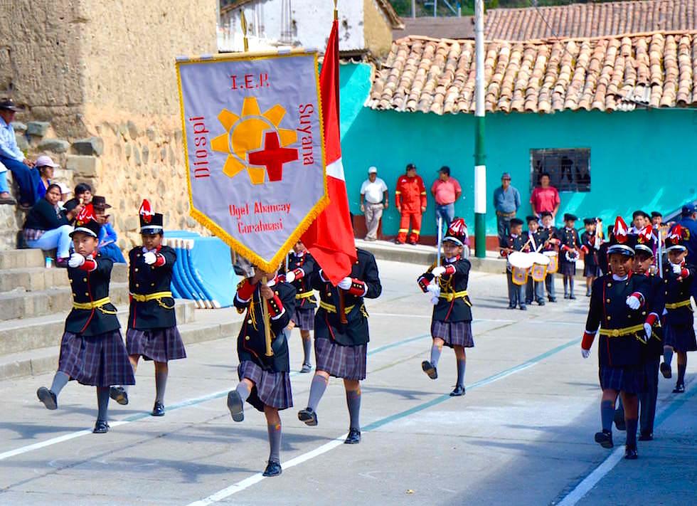 Kids marschieren Diospi Suyana - Curahuasi - Peru