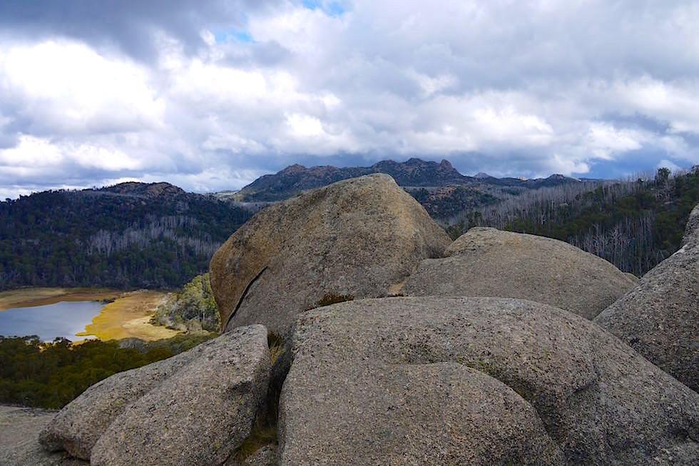 Monolith Aussichtsplattform grandioser Blick auf den See im Mt Buffalo National Park - Victorian Alps - Victoria