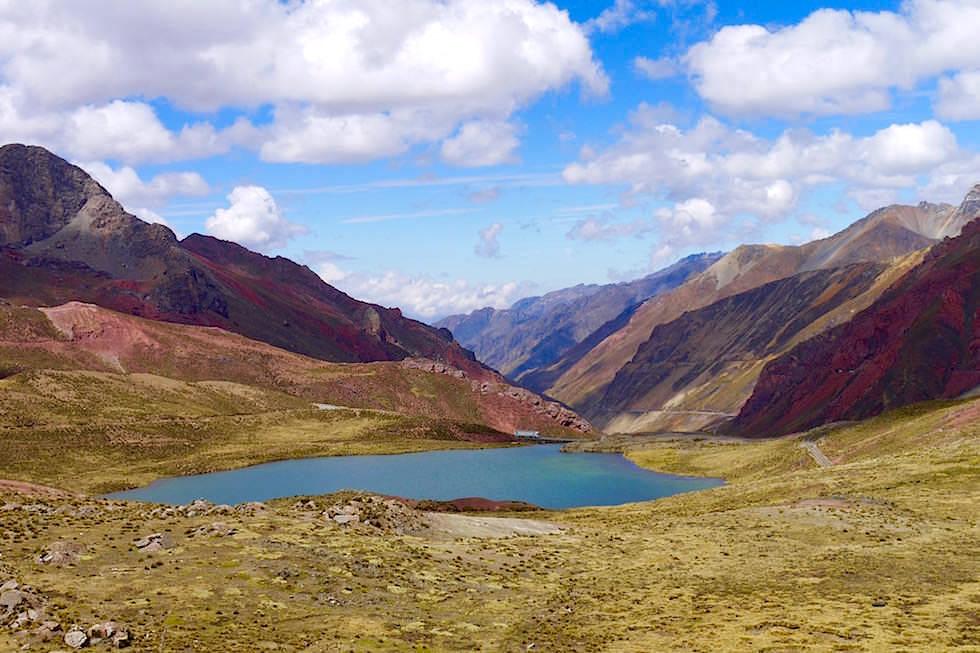 Von Lima nach Cusco über die Hochlandroute - Straße und Bahnschienen zum Ticlio Pass bei San Mateo - Peru