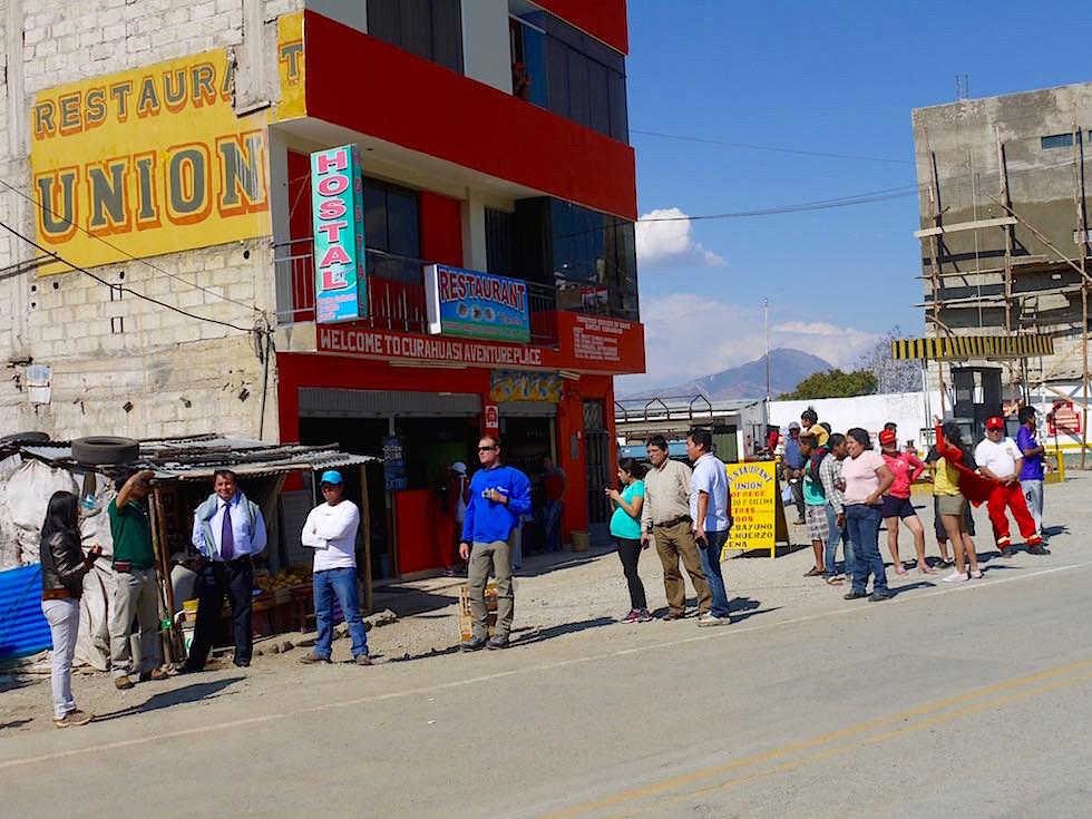 Warten auf das Tourenwagen Rennen - Curahuasi Peru